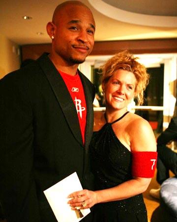 NBA图:火箭举行慈善晚会 韦斯利携女伴出席酒会