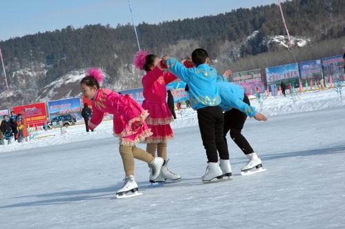 为冰雪汽车挑战赛助兴 大兴安岭少年冰上表演