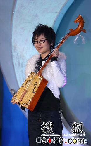 周笔畅扮天使宣传新单曲 受赠马提琴爱不释手