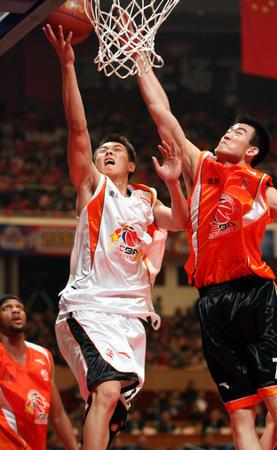 图文:CBA全明星上海落幕 两队队员上演对攻大战