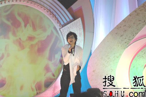 周笔畅最新单曲《天鹅》现场演唱(组图)