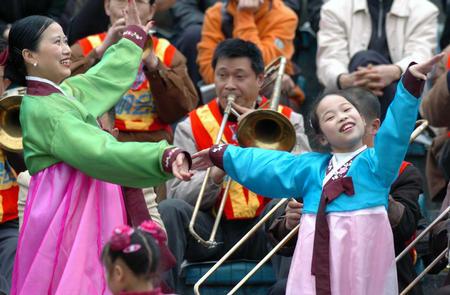 图文:重庆力帆胜长春亚泰 球迷跳起民族舞