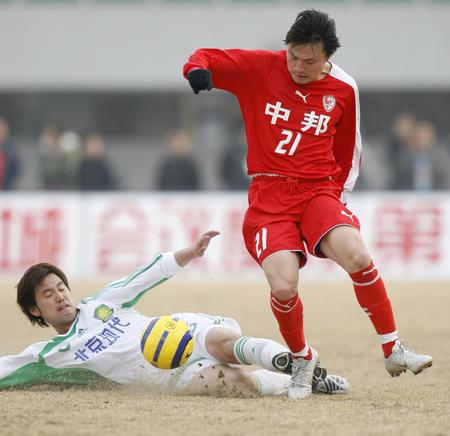 图文:北京现代负上海联城 姜坤带球突破