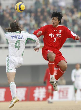 图文:北京现代负上海联城 杨林与穆萨争顶