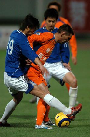 图文:山东胜青岛 许超和队友夹击对手