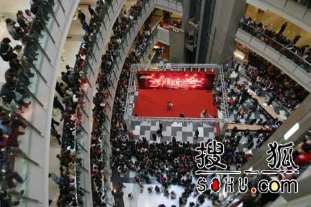《舞林大会》主持人签售 掀上海观众参与热潮