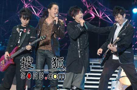 任贤齐雨中开个唱 温州歌迷争做一夜老婆(图)