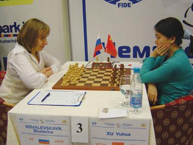 图文:女子国象世锦赛八强战 许昱华在比赛中