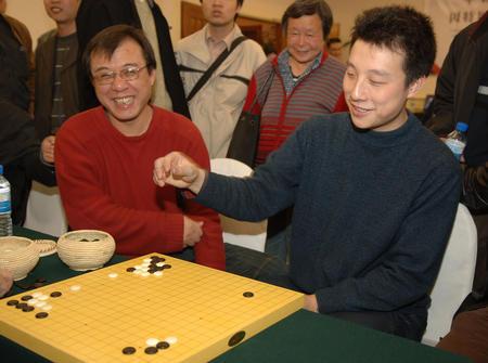 图文:中韩赛中国扳回一局 古力研究棋局