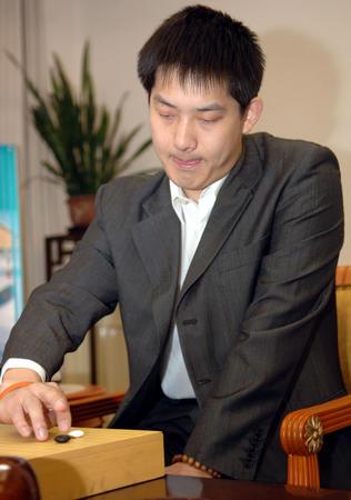 图文:中韩赛中国扳回一局 常昊准备下子