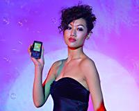 美女展示新款索爱手机