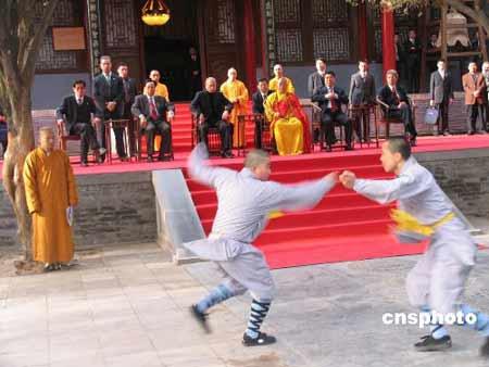 普京参观少林寺实录:抱起八岁小和尚合影(图)