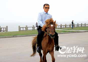 大白天骑马被人惊呼土匪