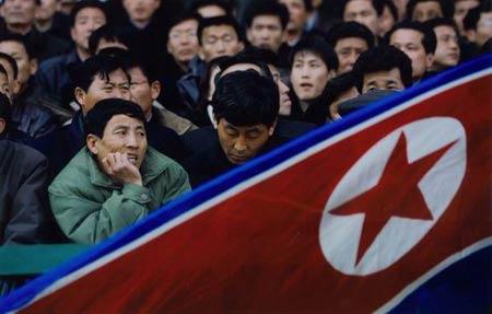 一位北朝鲜球迷当北朝鲜队失利时表现出失望的表情.