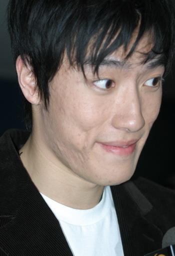 图文:体坛风云人物颁奖举行 刘翔搞怪