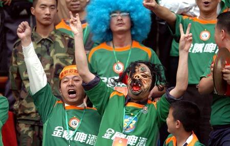 图文:深圳主场0-4负于北京 疯狂的深圳球迷