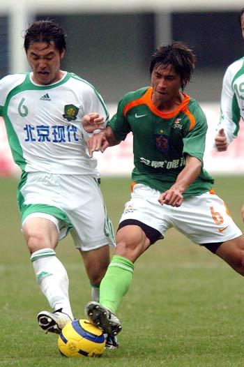 图文:深圳主场0-4负于北京 黄云峰与对方拼抢