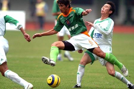 图文:深圳主场0-4负于北京 黄云峰带球