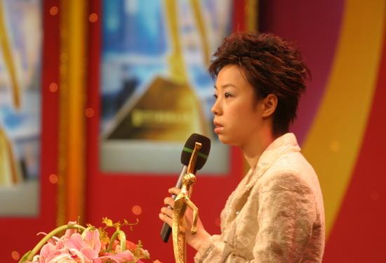 图文:体坛风云人物颁奖举行 张怡宁颁奖典礼上