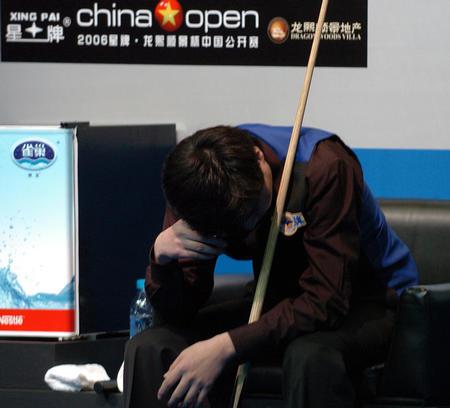 图文:半决赛丁俊晖出局 丁俊晖在比赛中沉思