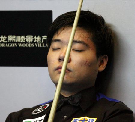 图文:中国公开赛半决赛赛况 丁俊晖闭目沉思