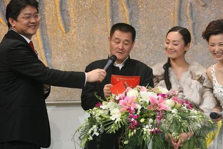 图文:体坛风云人物颁奖晚会 赵本山上台颁奖