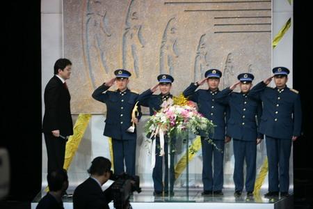 图文:CCTV体坛风云人物颁奖晚会 八一跳伞队