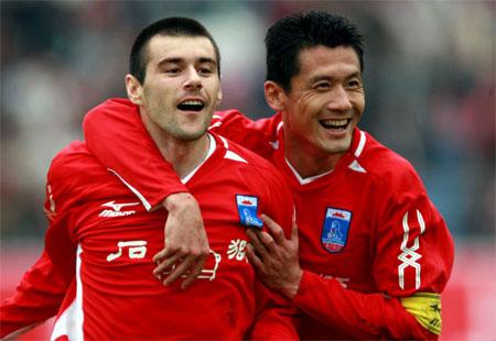 图文:厦门3-2重庆 杨晨庆祝耶利奇进球