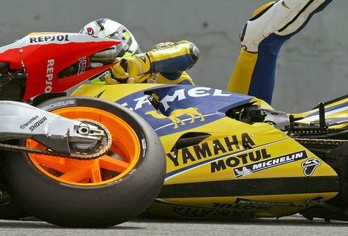 组图:MotoGP揭幕站出险情 罗西险被赛车撞破头
