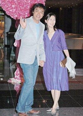 与刘青云亲密亮相 郭蔼明宽松衣被疑大肚(图)