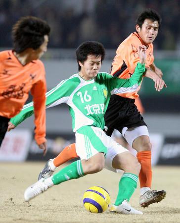 图文:北京平武汉 黄博文在比赛中射门