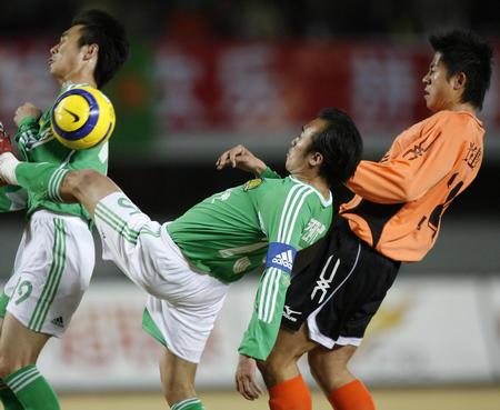 图文:北京平武汉 陶伟在比赛中与对手拼抢