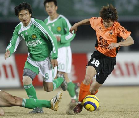 图文:北京平武汉 姚翰林在比赛中带球突破