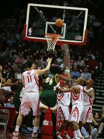 NBA现场独家图:火箭VS超音速 姚明拼抢篮板