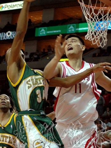 NBA现场独家图:火箭VS超音速 姚明篮下防守