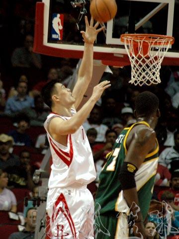 NBA现场独家图:火箭VS超音速 姚明单手扣篮