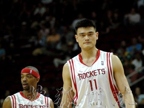 NBA现场独家图:火箭VS超音速 姚明表情严肃
