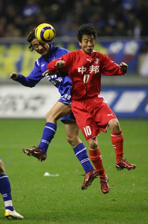 图文:上海滩德比申花战联城 肖战波与对手争顶