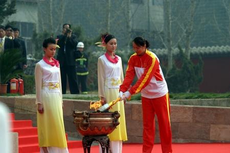 奥运冠军陈中点燃圣火(图)