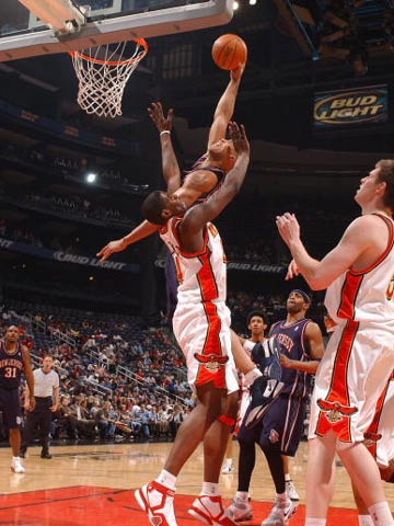 NBA图:老鹰冲网受伤 理查德-杰弗森气势如虹