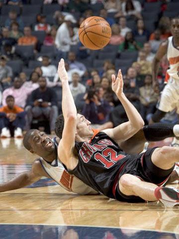 NBA图:公牛践踏山猫 柯克-辛里奇倒地也能助攻