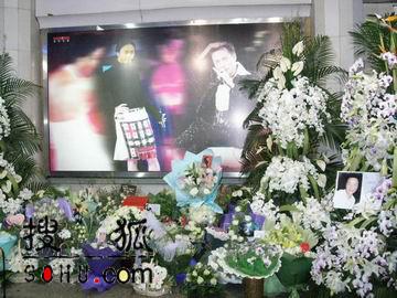 组图:上海歌迷汇聚集体纪念哥哥张国荣