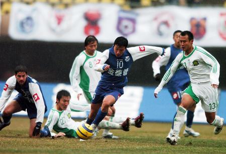 图文:06中超第5轮沈阳0-1北京 陈涛带球突破