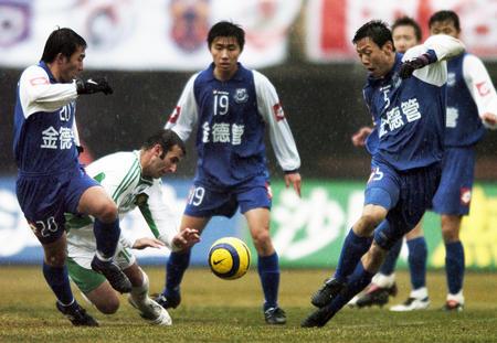 图文:06中超第5轮沈阳0-1北京 科内塞被夹击