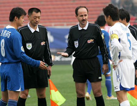 图文:06中超第5轮天津2-2西安 伊朗裁判受关注