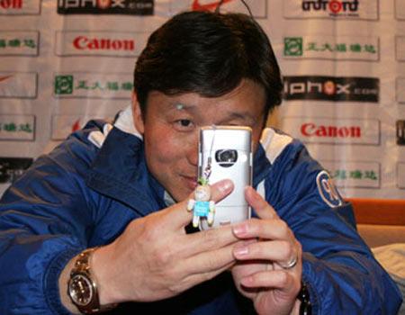 图文:06中超第5轮天津2-2西安 成耀东把玩手机
