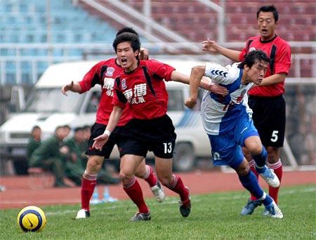 图文:中甲南京有有胜上海群英 曲圣卿在比赛中