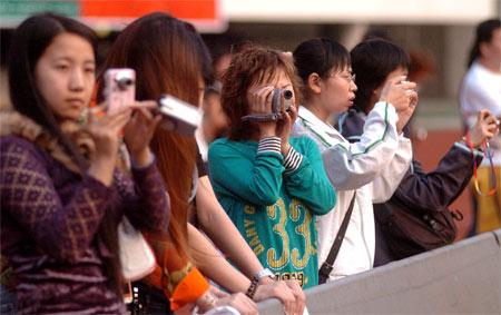 图文:上海申花备战中超第五轮 女球迷到场观看