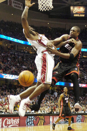 NBA图 热火客场不敌骑士 詹姆斯与韦德争抢图片