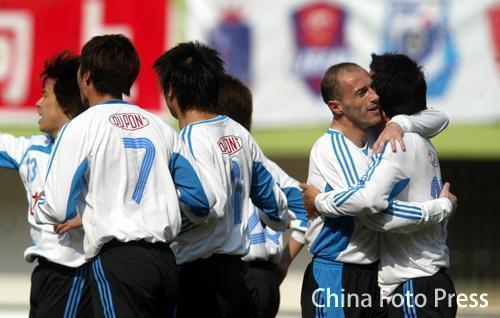 图文:青岛中能0-1大连实德 大连球员庆祝胜利